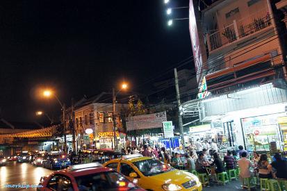 На углу рядом с Thai Cozy House 1